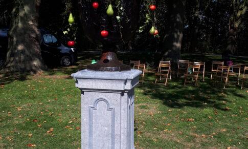 Natursteinpodest mit Gartenvase an die Stadt Kleve